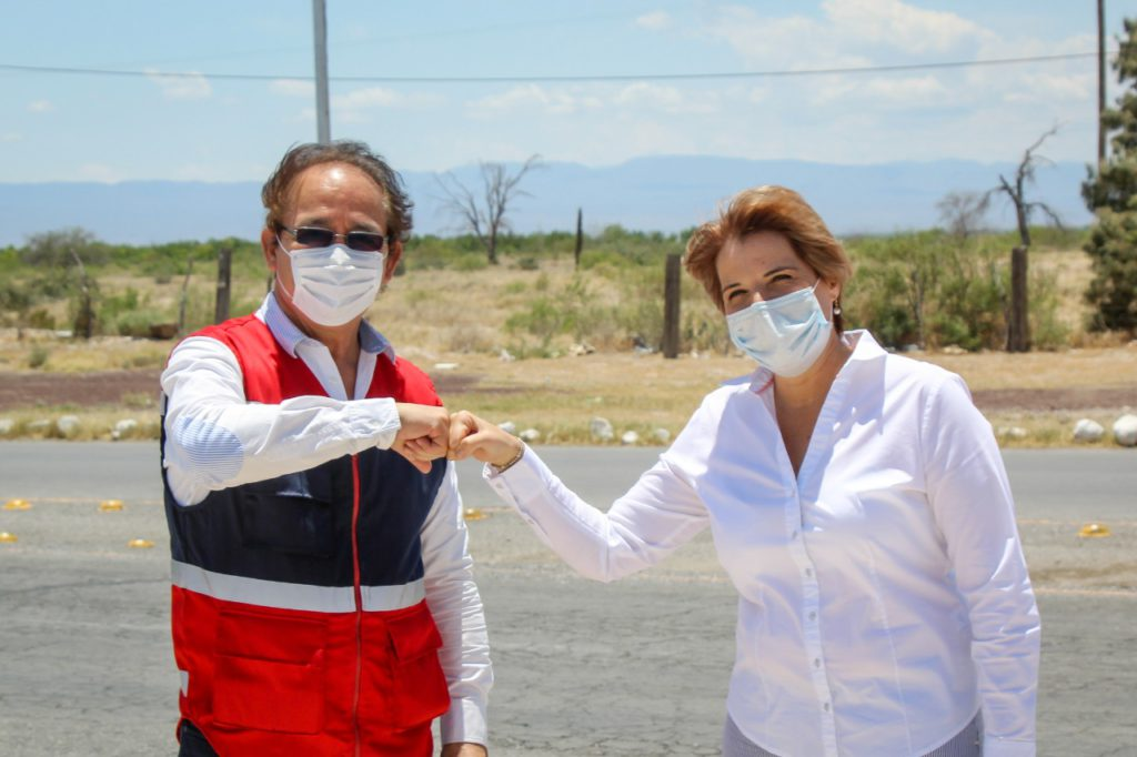 Yolanda Cantú, alcaldesa de Cuatro Ciénegas junto al representante de la Cruz Roja en Coahuila