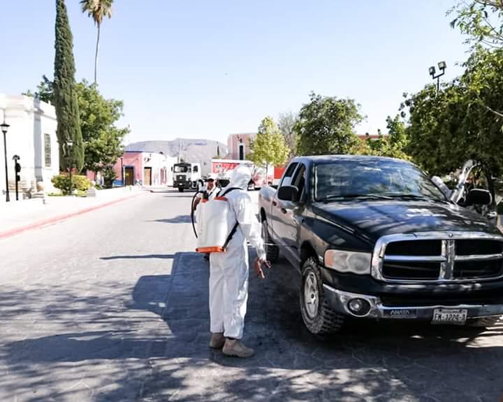 Sanitizan autos en Cuatro Ciénegas