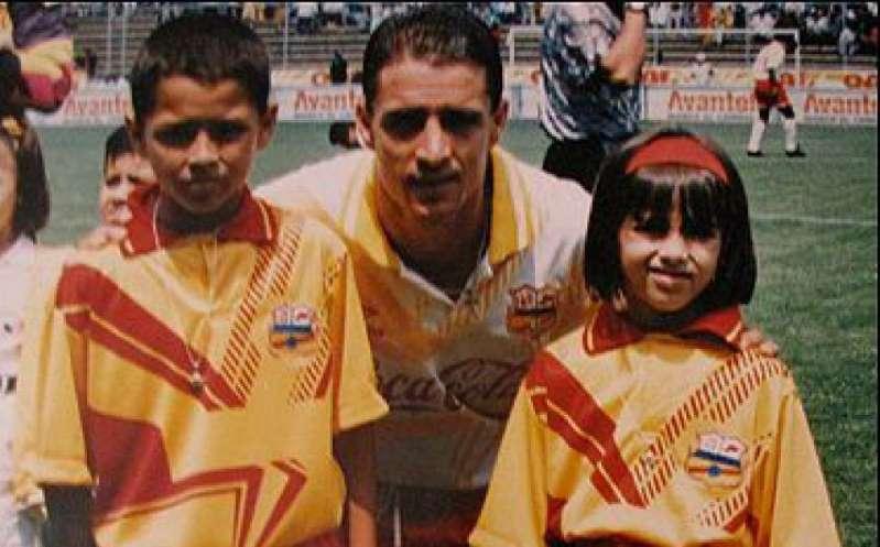 'Chicharito' se puso la playera de Morelia cuando su papá se encontraba jugando allí