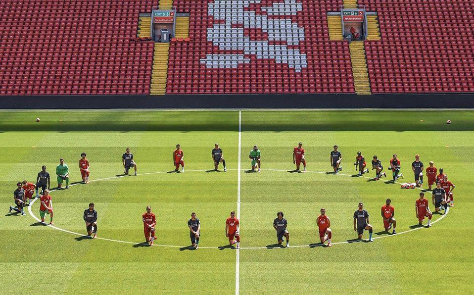 Los jugadores del Liverpool entrenaron en Anfield, donde pusieron rodilla en tierra por George Floyd.