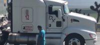 Fallece trailero en carretera; un compañero intentó salvarle la vida