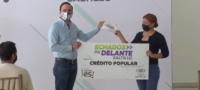 Impulsando la reactivación económica, alcalde de Saltillo entrega créditos a micro empresarios.