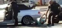 Policías golpean brutalmente a mujer en frente de sus hijos