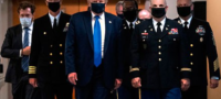 Trump exige usar cubrebocas por rebotes de COVID-19
