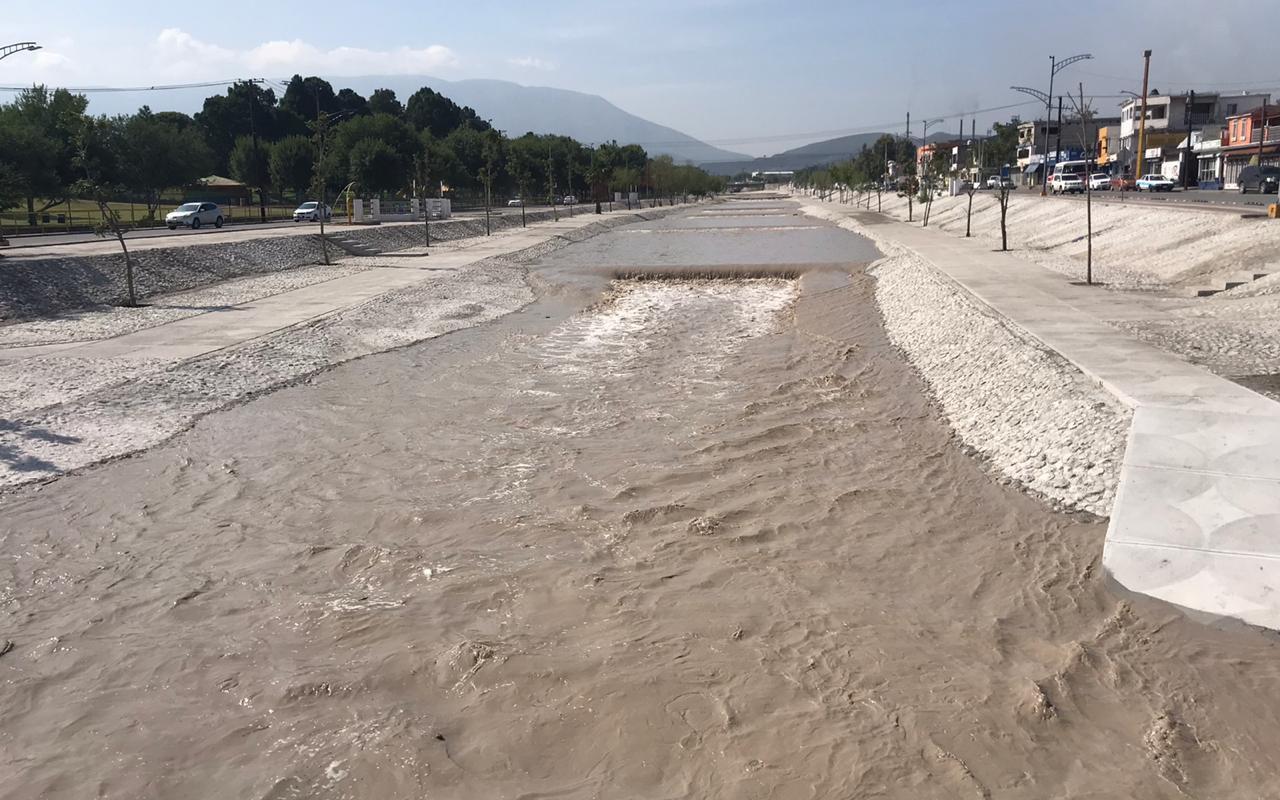Escurrimientos de agua del cerro en Monclova provocan crecida en el cauce del río