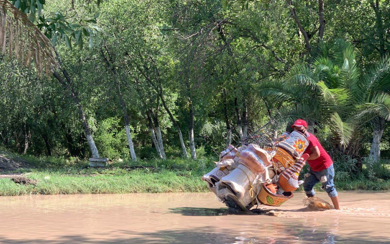 Cuando hay necesidad nada te detiene, vendedor atraviesa calles inundadas para poder trabajar en Castaños