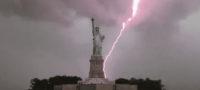 Momento exacto en que rayo golpea la Estatua de la Libertad en Nueva York