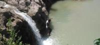 Combaten jóvenes canícula con arriesgados clavados en el río Monclova.