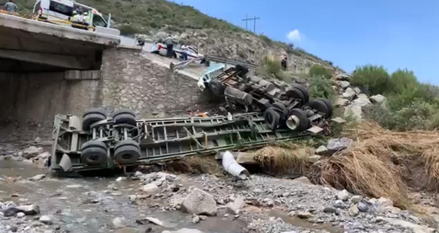 Terrible volcadura de un tráiler en la Carretera 57: el camión terminó en un arroyo de Arteaga