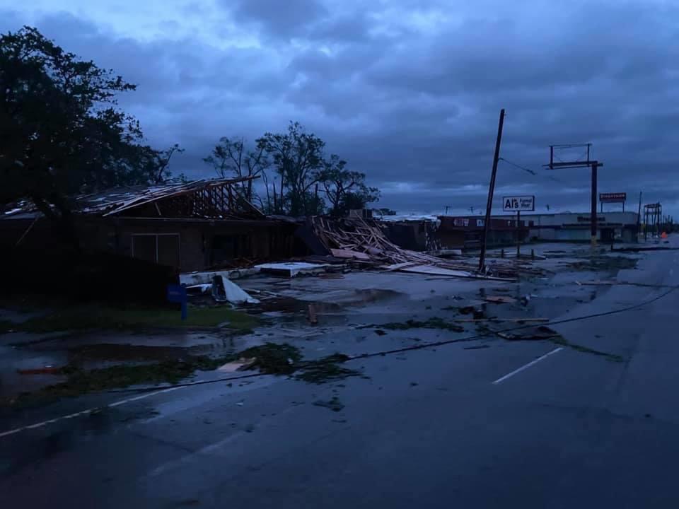 Estragos del huracán 'Laura' en EU; Inundaciones, apagones y destrozos así mostraron ciudadanos