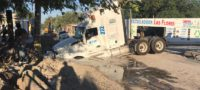 Revienta tuberia de agua potable y se hunde trailer en colonias Las Flores de Monclova