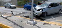 Conductor derrapó y se estrelló contra semáforo en Saltillo; se registraron cuantiosos daños materiales