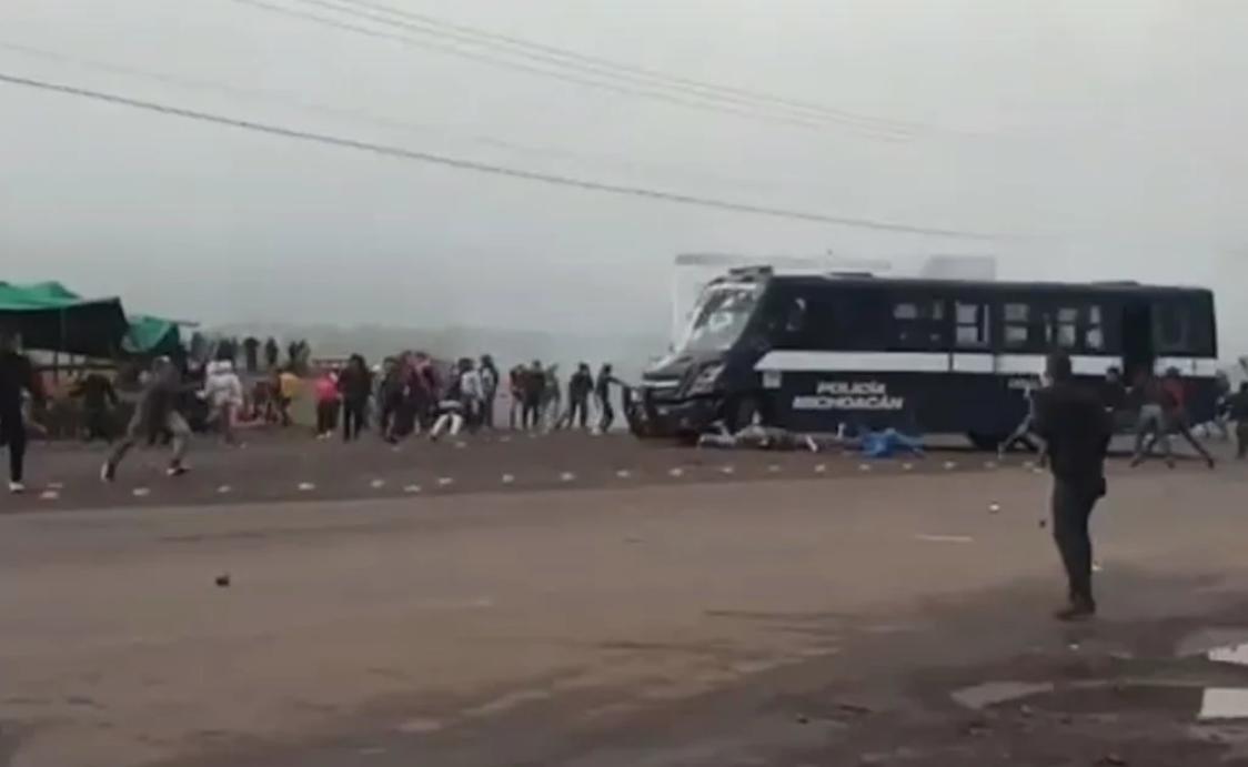 Arrollan a normalistas con camión de la policía en Michoacán