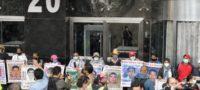 Se manifiestan padres de los 43 desaparecidos de Ayotzinapa a las afueras de la FGR