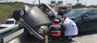 Queda atrapado en su Vocho tras fuerte choque en Puente de Bulevar Pape y Av. Puerta 4 de Monclova