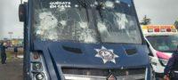 Con piedras y palos normalistas se enfrentan con policía federal en Michoacán