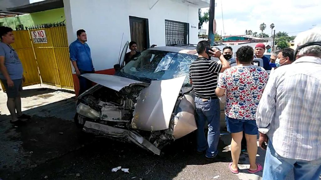 Impacta su camioneta Winstar contra vivienda en colonia Carranza de Monclova