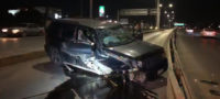 Destroza su camioneta contra una barrera metálica en Nazario Ortíz Garza