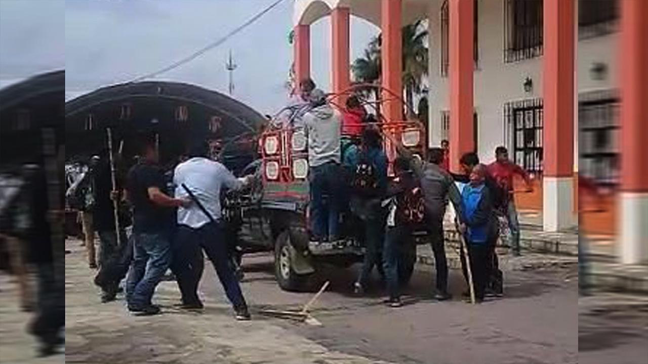 Amarran campesinos a alcalde a camioneta y lo arrastran en Chiapas
