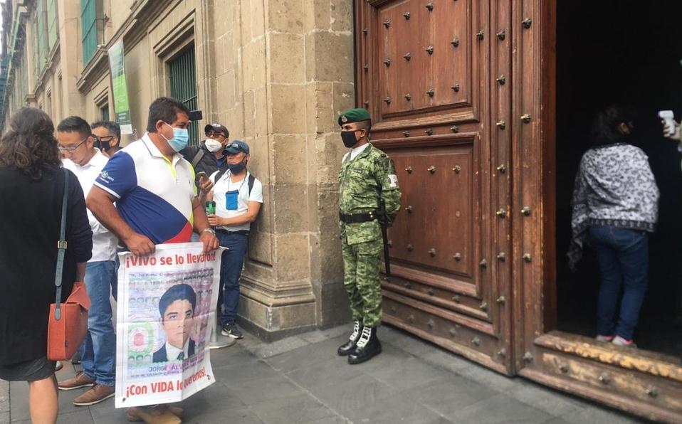 Padres de los 43 normalistas de Ayotzinapa se reúnen con AMLO en Palacio Nacional