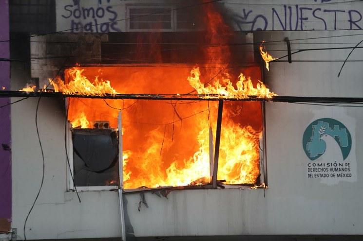 Grupos de feministas exigieron justicia de forma radical: quemaron las instalaciones de la Comisión de Derechos Humanos del Estado de México.