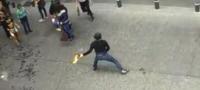 Feministas lanzan bomba molotov a guardias en CDMX