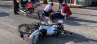 Choca Ebrio motociclista contra camioneta en el centro de Saltillo