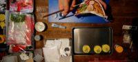 Crea artista japonés una 'mascarilla de remen' que no empaña tus lentes y así animar a la gente en la pandemia