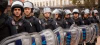Endurecen protestas policiales en Argentina; patrulleros rodean la casa presidencial