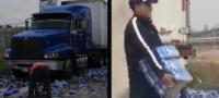 Como buitres a la carne: Vuelca tráiler y habitantes de Querétaro van a robar la cerveza