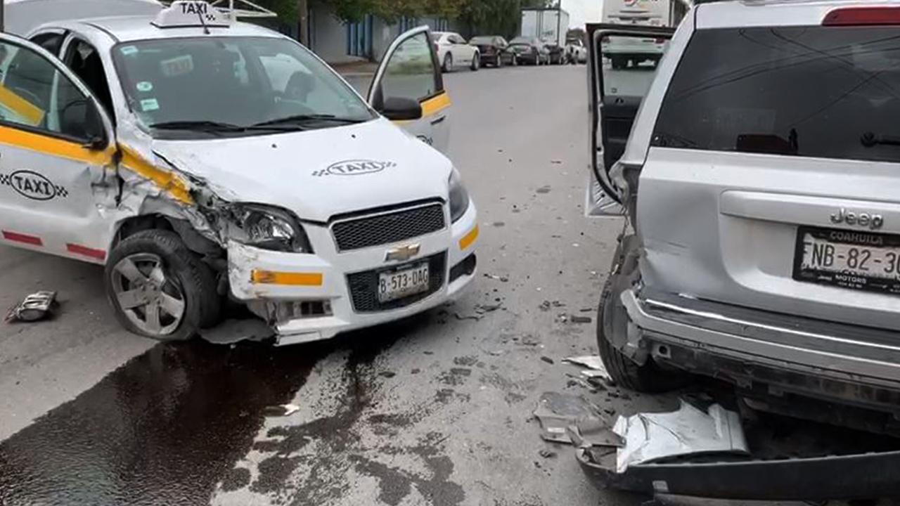Choca taxista contra vehículos estacionados