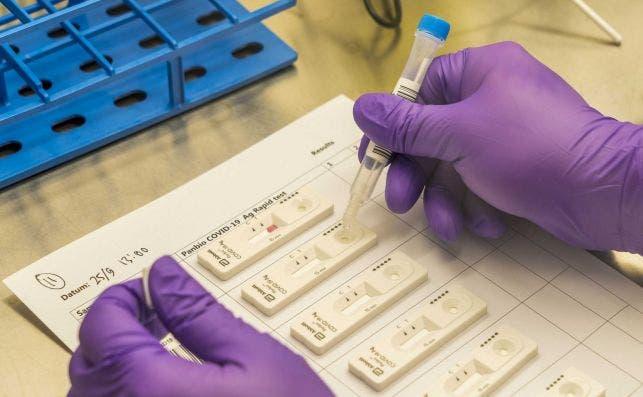 Desarrollan científicos de Oxford un test de anticuerpos que detecta al Covid-19 en 5 minutos