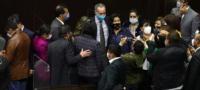 Legisladores rodean a López-Gatell y se toman fotos sin respetar la sana distancia