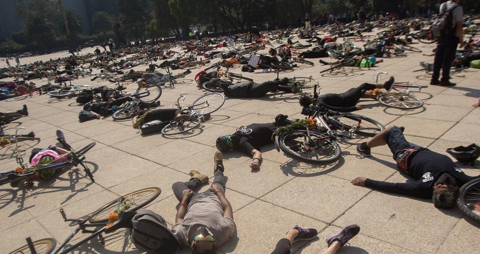 'Ya no queremos más muertes viales', reclaman con #LutoCiclista en Monumento a la Revolución.
