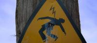 Se electrocuta al intentar 'colgarse' de una luminaria en Saltillo