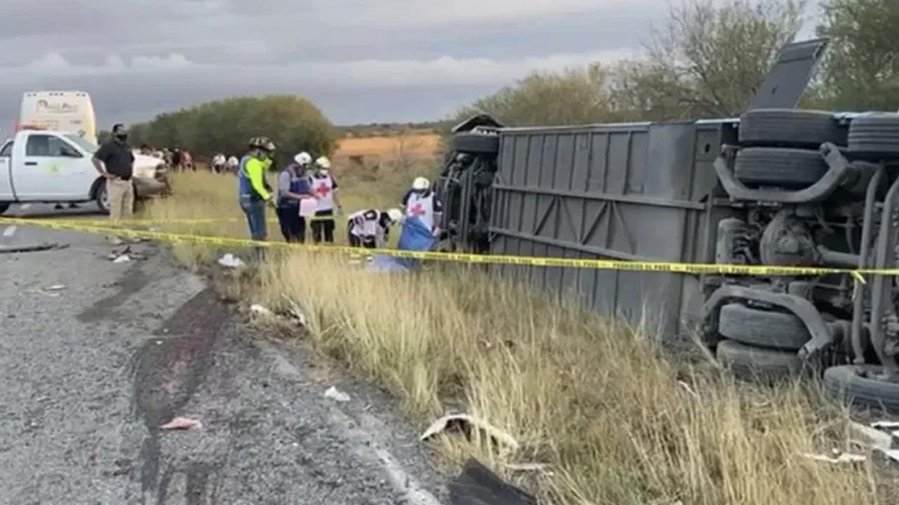 Vuelca autobús donde viajaban simpatizantes de FRENAAA, hay 25 heridos y 2 muertos