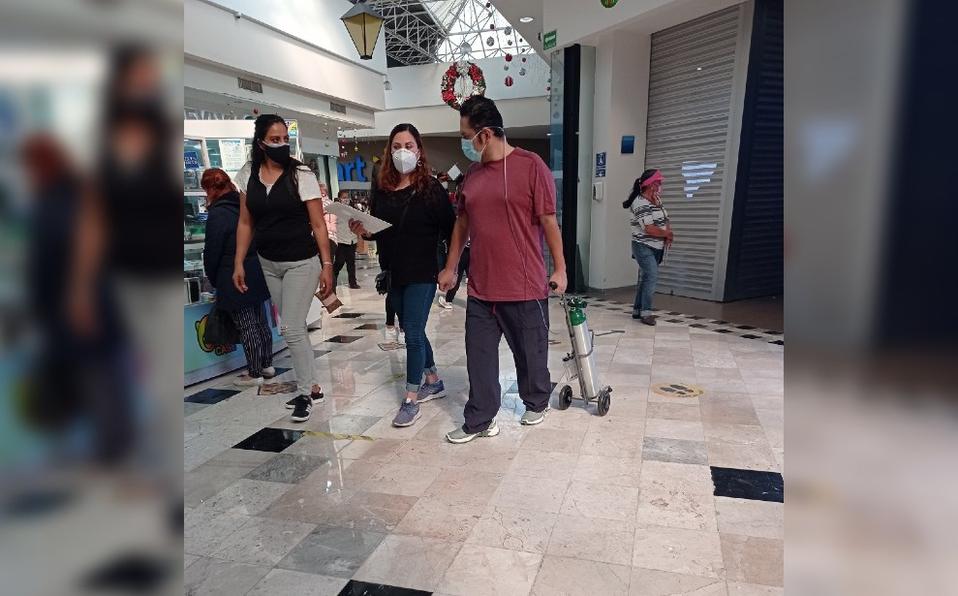 Critican a hombre por acudir a centro comercial con tanque de oxígeno