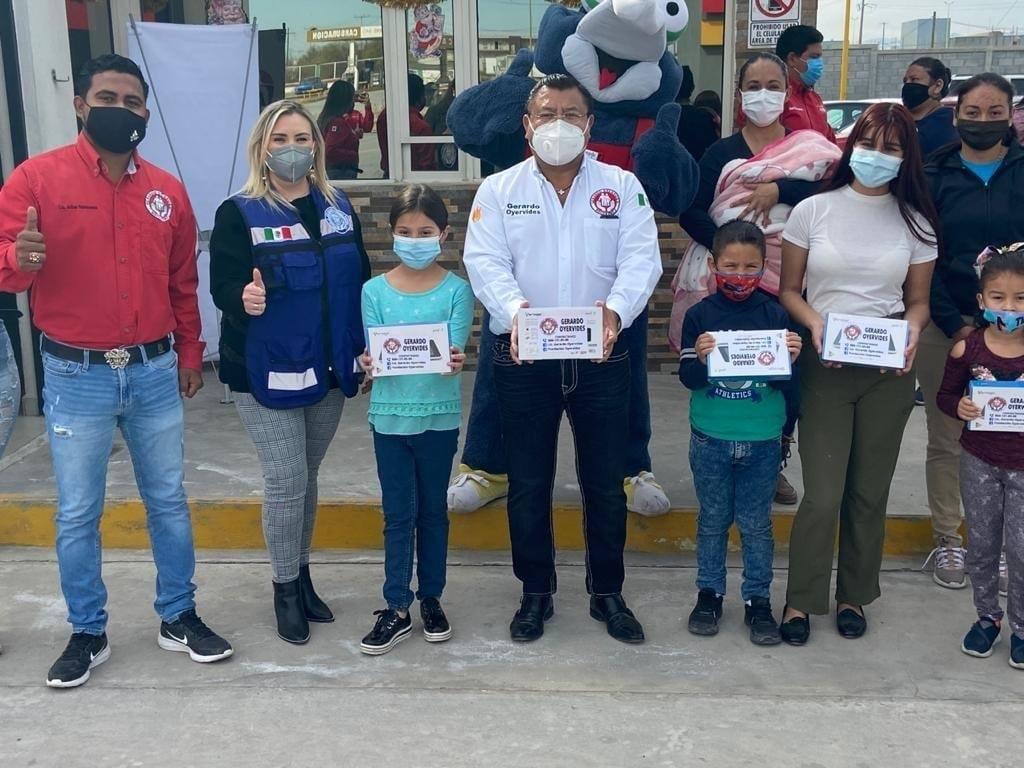 Fundación Oyervides entrega tablets a estudiantes de Frontera