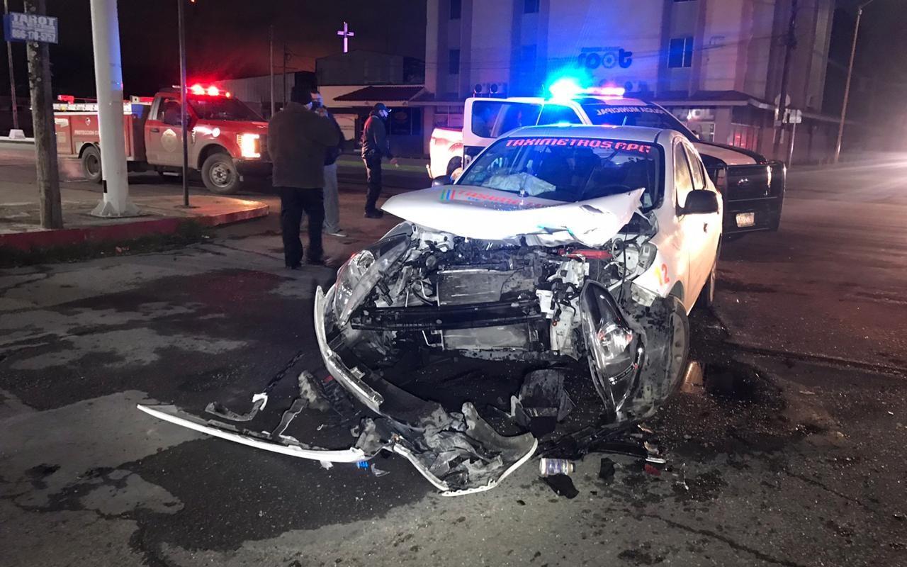 Policiaca: ¡Potente choque entre taxi y auto Mazda 2; una persona lesionada!