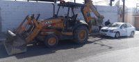 Policiaca: Mala maniobra de retroexcavadora daña carrocería de Nissan Versa estático
