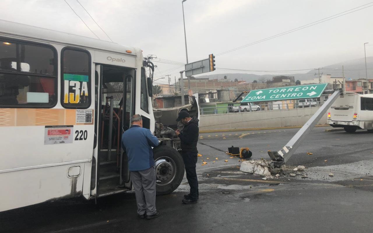 Se lleva semáforo transporte publico: una persona lesionada