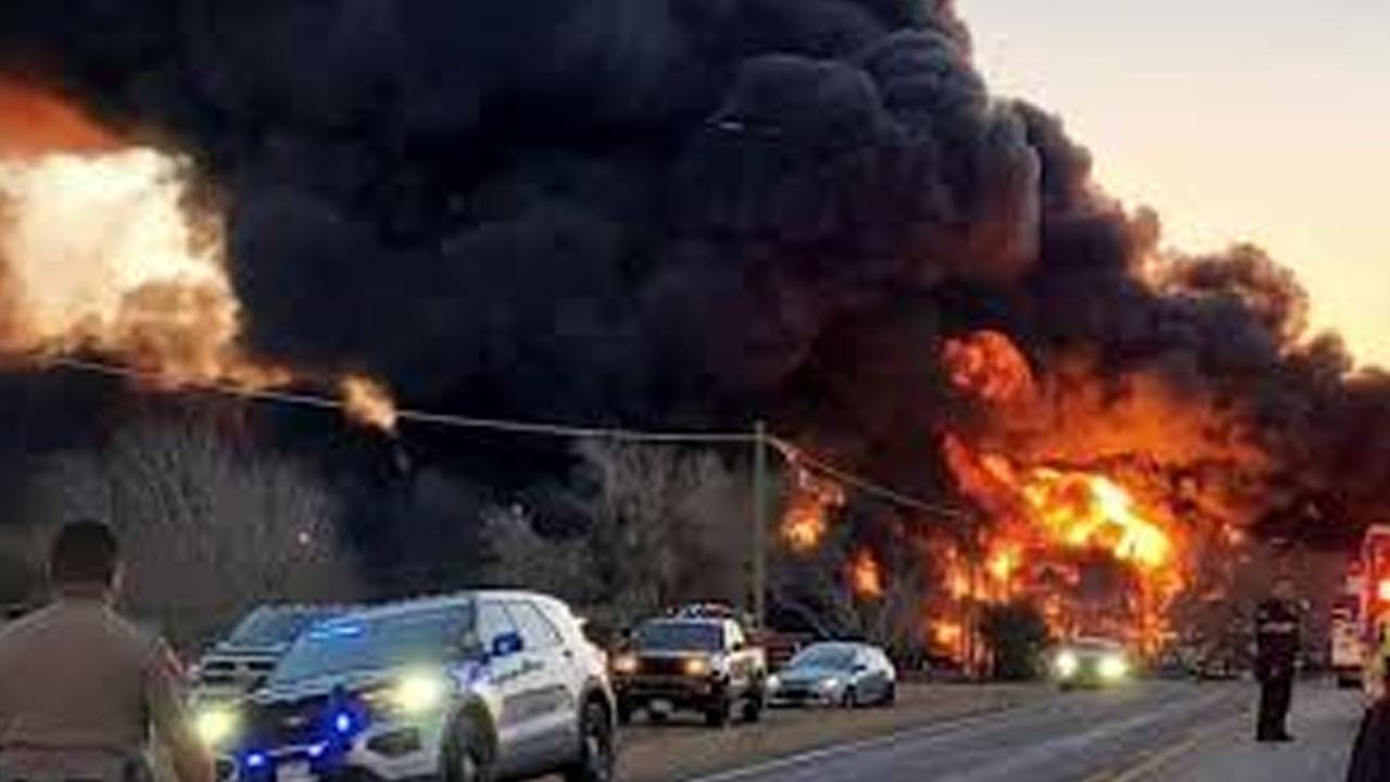 Choque entre tren y camión articulado ocasiona enorme explosión en Texas