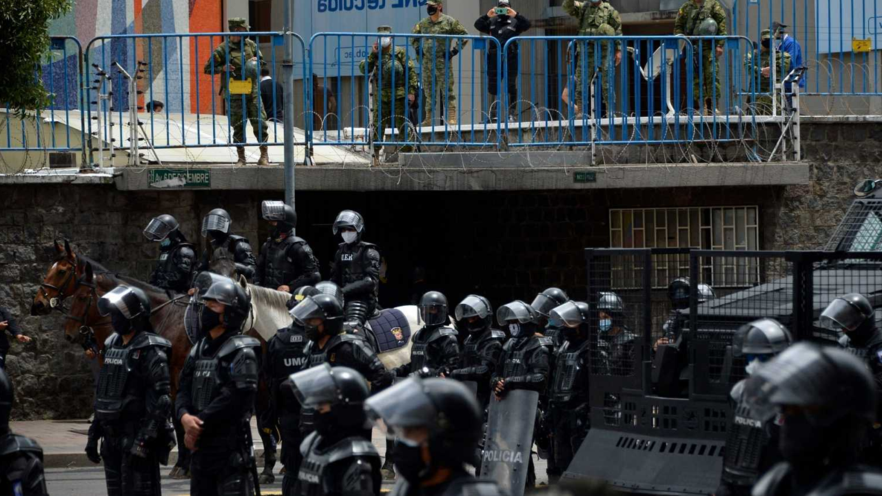 Más de 50 muertos tras amotinamiento de tres cárceles en Ecuador