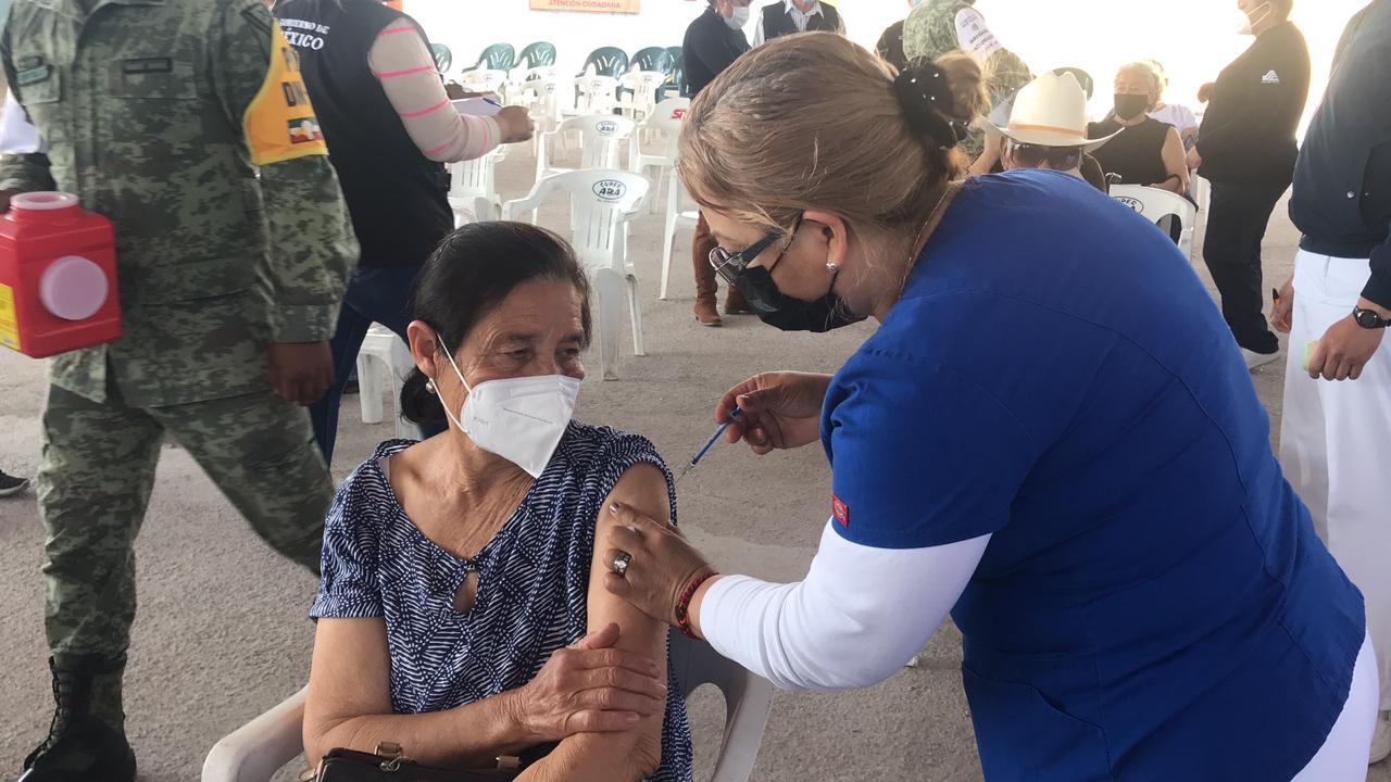Vacunan contra Covid-19 a más de 300 abuelitos en el Ejido 8 de Enero
