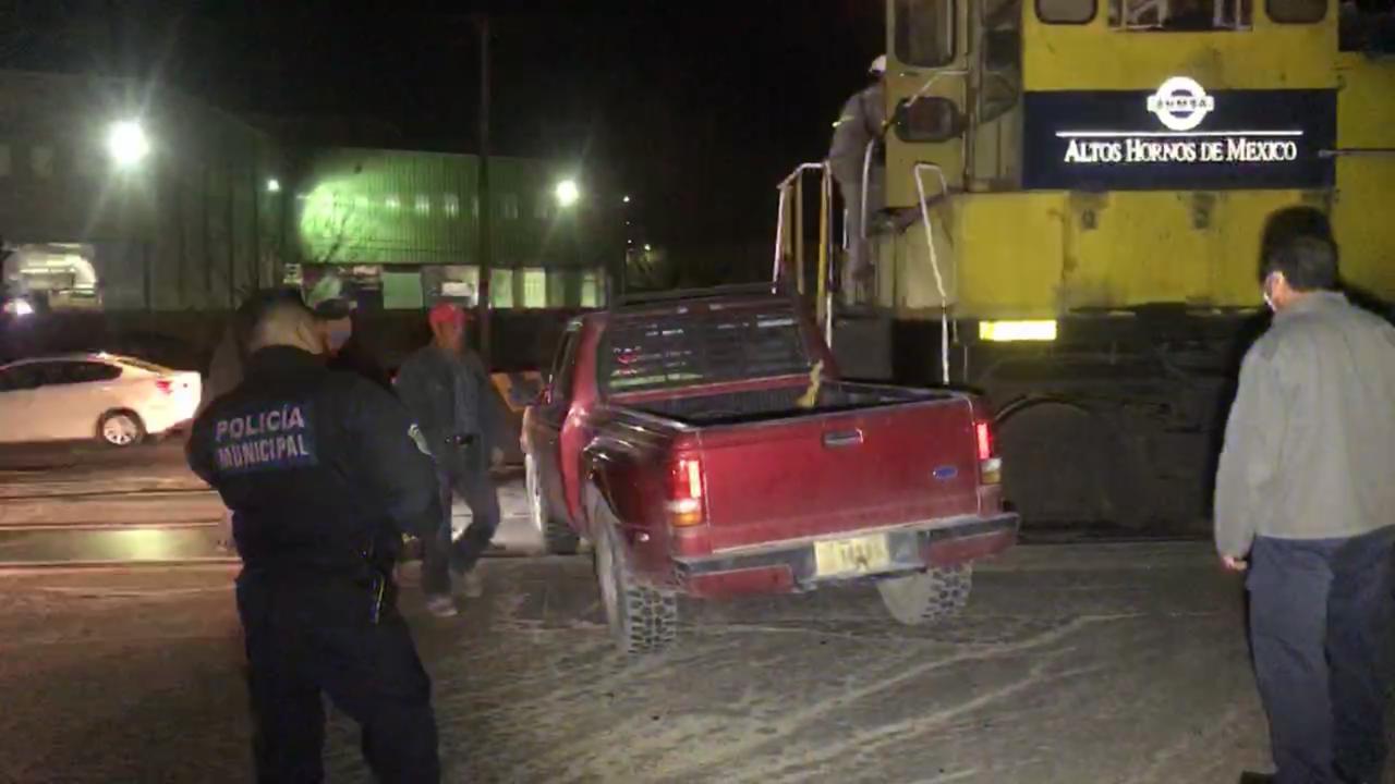 Policiaca: ¡Arrolla pesada locomotora camioneta, por ir con las prisas conductor quiso ganarle, el paso sin lograrlo!