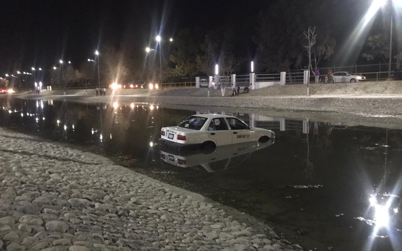 Policiaca: Como si fuera un pato más, taxi cae al agua del Río Monclova