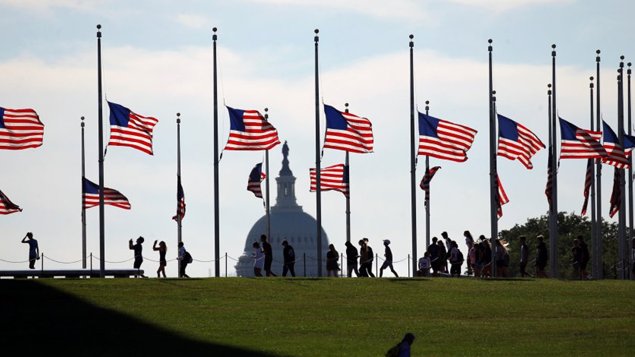 Biden ordena izar la bandera nacional de Estados Unidos a media asta por medio millón de muertos