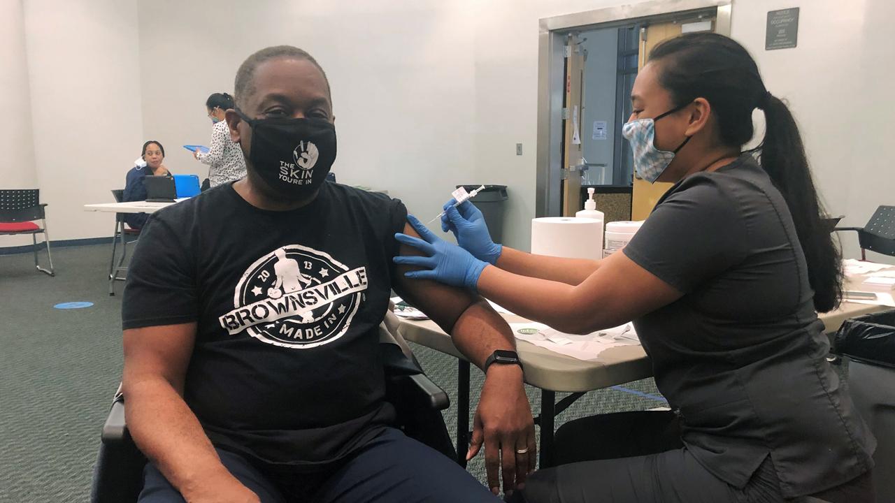 Hispanos entre la lista de comunidades prioritarias para aplicación de vacuna anticovid en EE. UU.