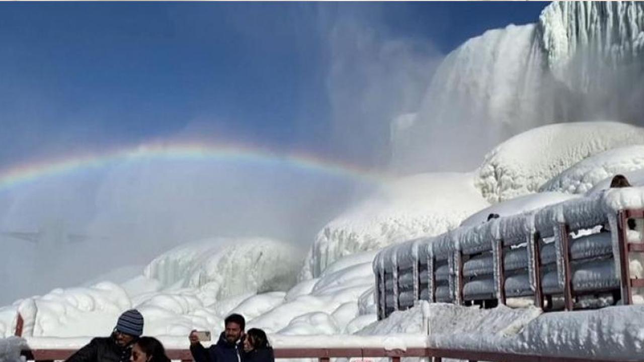 Más hermosas que nunca; Así lucen las Cataratas del Niágara al congelarse mientras un arcoíris se hace presente