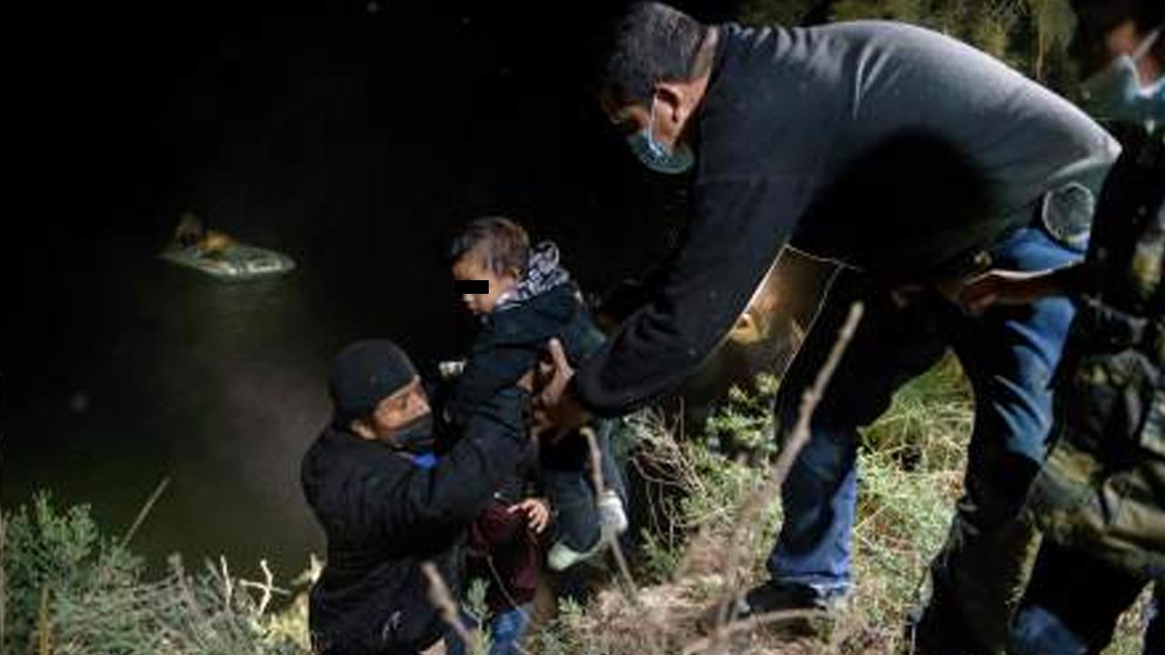 Traficantes arrojan a migrante y su bebé al mar cuando intentaban llegar a EE. UU.